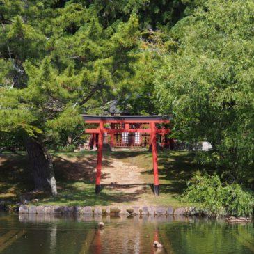 【厳島神社(東大寺)】大仏殿正面の「鏡池」に浮かぶ小さな神社