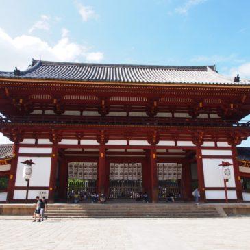 【東大寺中門】大仏殿の正面に設けられた江戸時代の立派な楼門