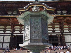 【東大寺金銅八角燈籠】大仏殿の目の前にある「国宝」は意外にも気づかれない存在