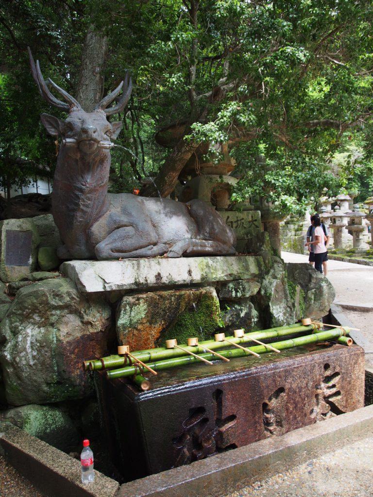 【春日大社伏鹿手水所】鹿のモチーフから流れ出る水で身を清める