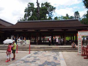【春日大社幣殿・舞殿】通常時の「参拝所」は重要な儀式の舞台にも