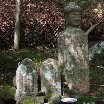 【洞の地蔵石仏・仏頭石】鎌倉時代の石仏と石柱上の珍しい「仏頭」が静かに並び立つ