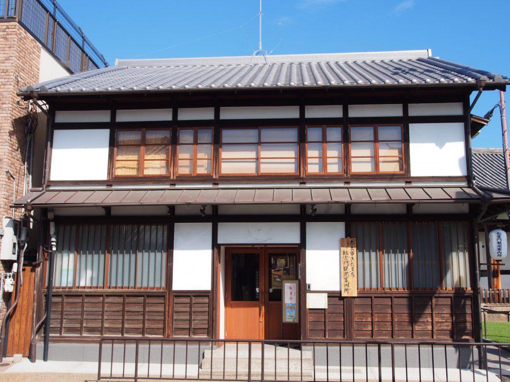 【奈良市きたまち転害門観光案内所】「旧南都銀行手貝支店」の建物を活用した地域拠点の一つ