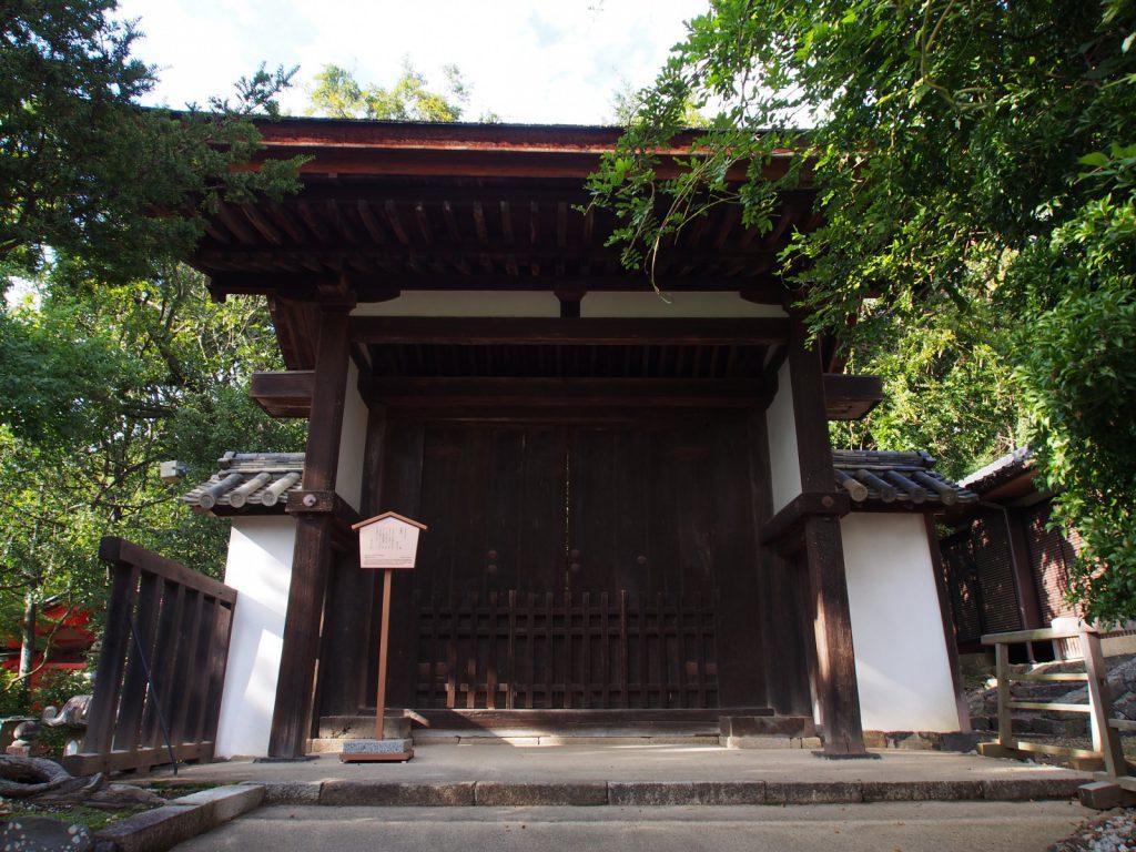 【四脚門(春日大社)】桂昌殿の西隣にある門は「神仏習合時代」の歴史を伝える存在