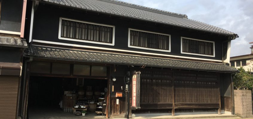 【向出醤油醸造元】京街道沿いにある「お醤油屋さん」は重厚感ある町家建築で営業中