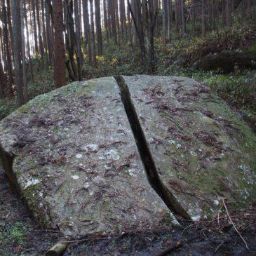 【一刀石】柳生宗厳が刀で真っ二つに断ち切ったと伝わる巨石