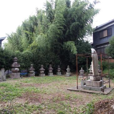 【額安寺五輪塔(鎌倉墓)】8基の五輪塔が並ぶ空間は「忍性菩薩」の墓所を含む