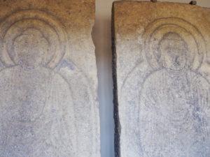 【金屋の石仏・ミロク谷石棺】均整の美を感じる石仏の真下には隠れるように石棺が残される