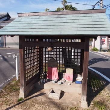 【歌姫街道の辻地蔵】道路の真ん中に祀られるお地蔵さまは「双体仏」