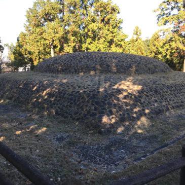 【石のカラト古墳】復原された墳丘をご覧いただける古墳は府県境に